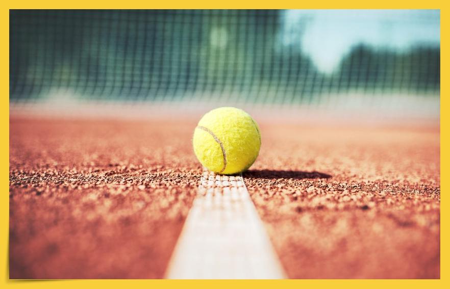 Tennisball auf Linie